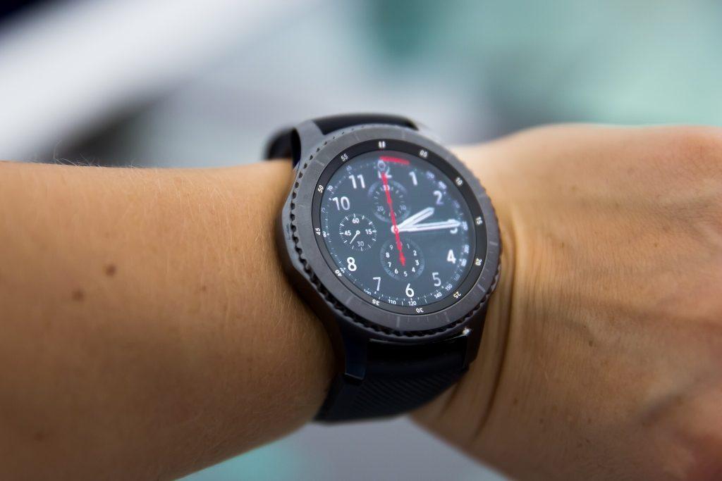 Samsung Gear S3 classic vyzerajú ako klasické hodinky
