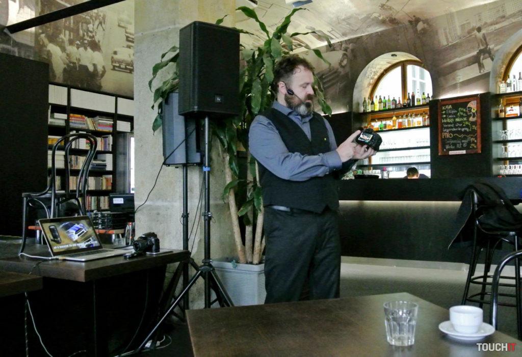 Michael Jurák zo spoločnosti Nikon predstavuje vlastnosti nového fotoaparátu Nikon D5600 a prepojenie so smartfónmi pomocou funkcie SnapBridge