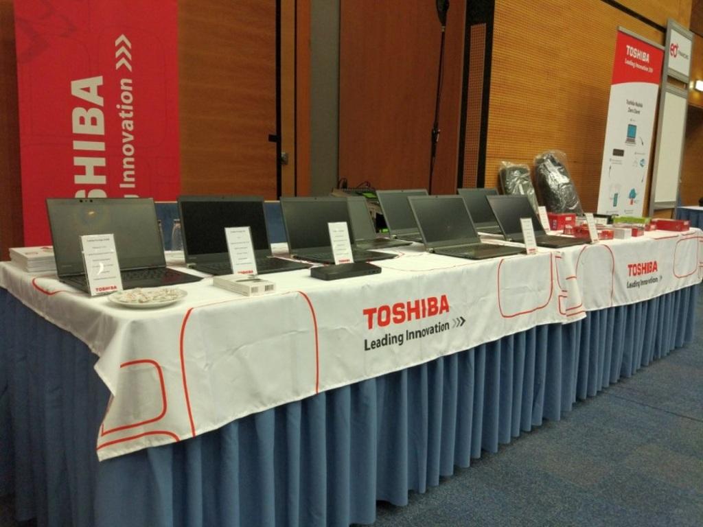 d651992fb Toshiba prezentuje na konferencii eD World novú generáciu profesionálnych  notebookov s odvážnym testom odolnosti