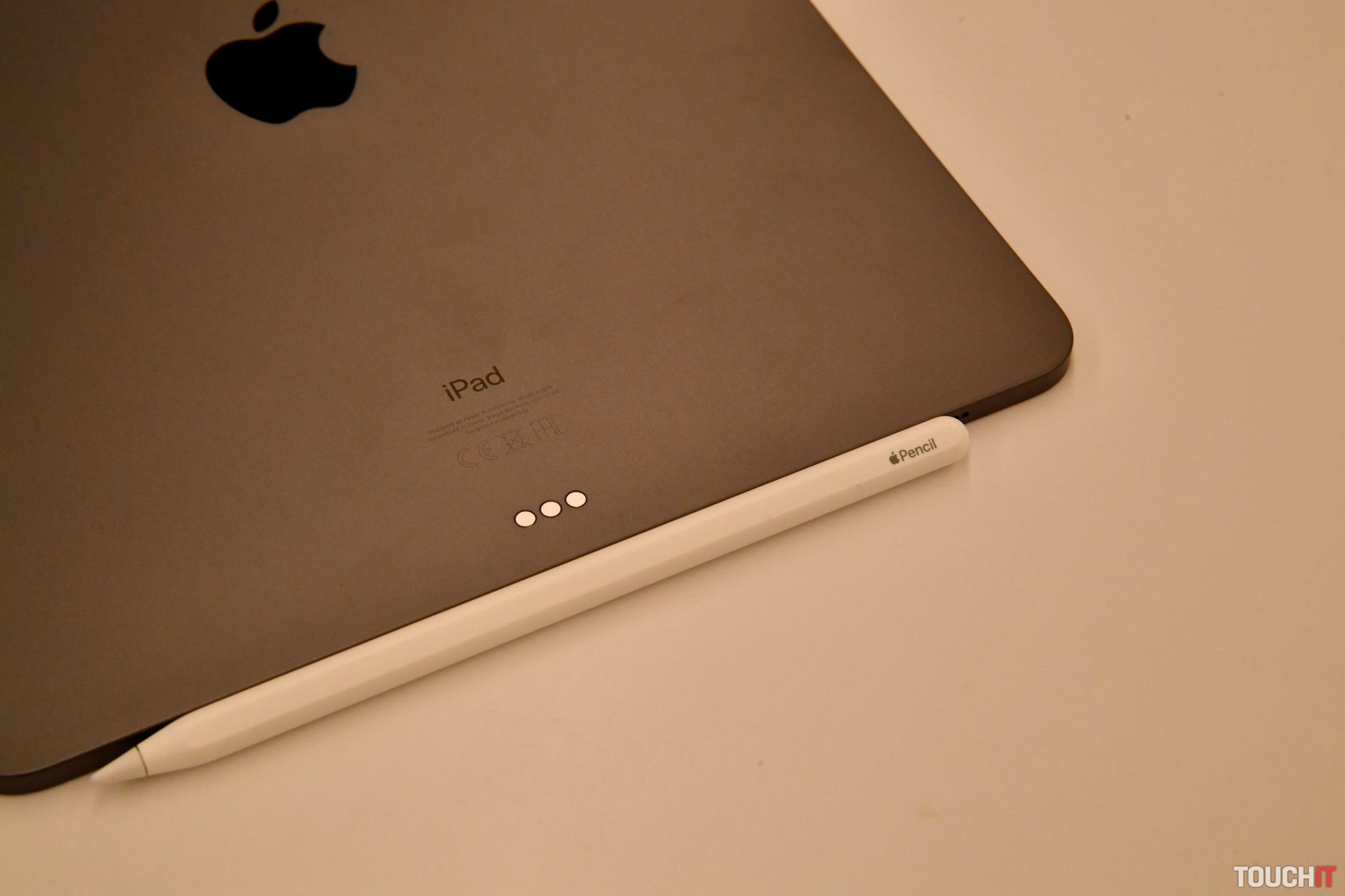 """46c8cbeae """"Inováciou prešla aj ceruzka, Apple Pencil, ktorú sme si vyskúšali. Pracuje  sa s ňou dobre, má citlivejší hrot a hlavne sa nabíja bezdrôtovo z iPadu,  ..."""