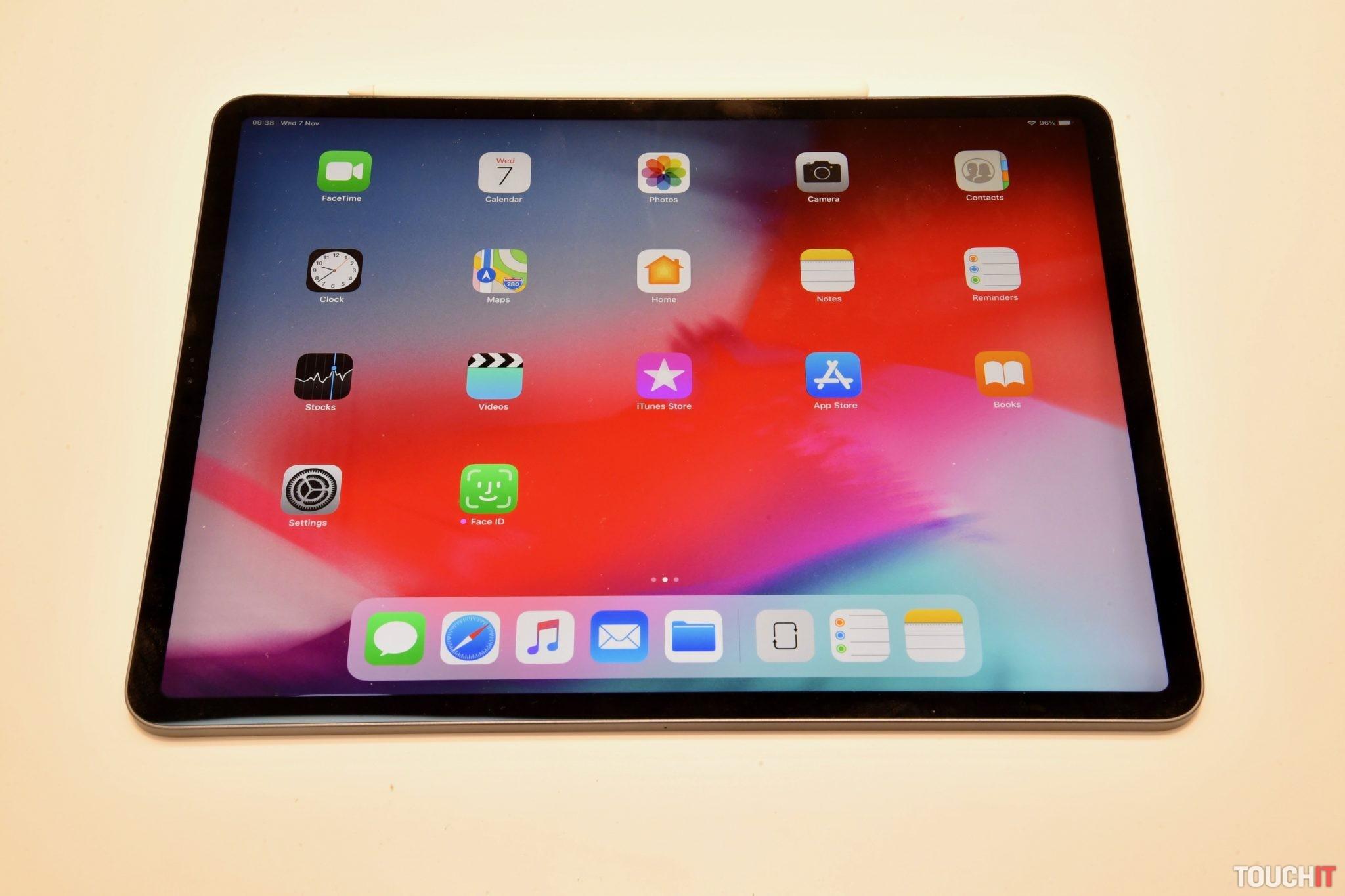 b90ec14a5 Hneď na úvod sme sa zamerali na nový iPad, ktorý má nový dizajn a zúžené  rámiky. Úplne bez rámikov nie je, čo je vo výsledku dobre.