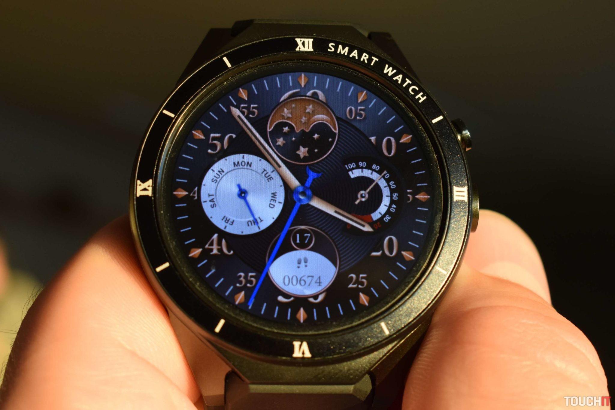659b94e47 Medzi najväčšie prednosti patrí pekný, 1,39-palcový Super Amoled displej s  rozlíšením 400×400 pixelov. Za tento panel by sa nemuseli hanbiť ani hodinky  s ...