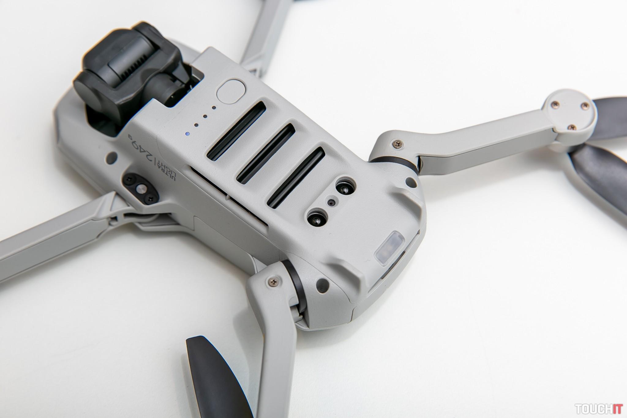 Spodná časť DJI Mavic Mini so zapínacím tlačidlom a snímačmi prekážky