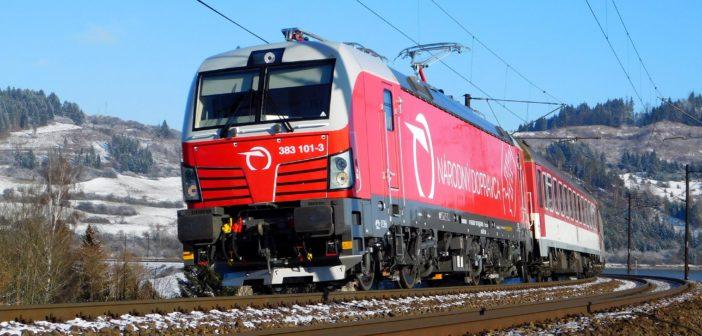 Medzi Bratislavou a Košicami ťahajú vlaky aj moderné lokomotívy Siemens Vectron. Foto Martin Grendel
