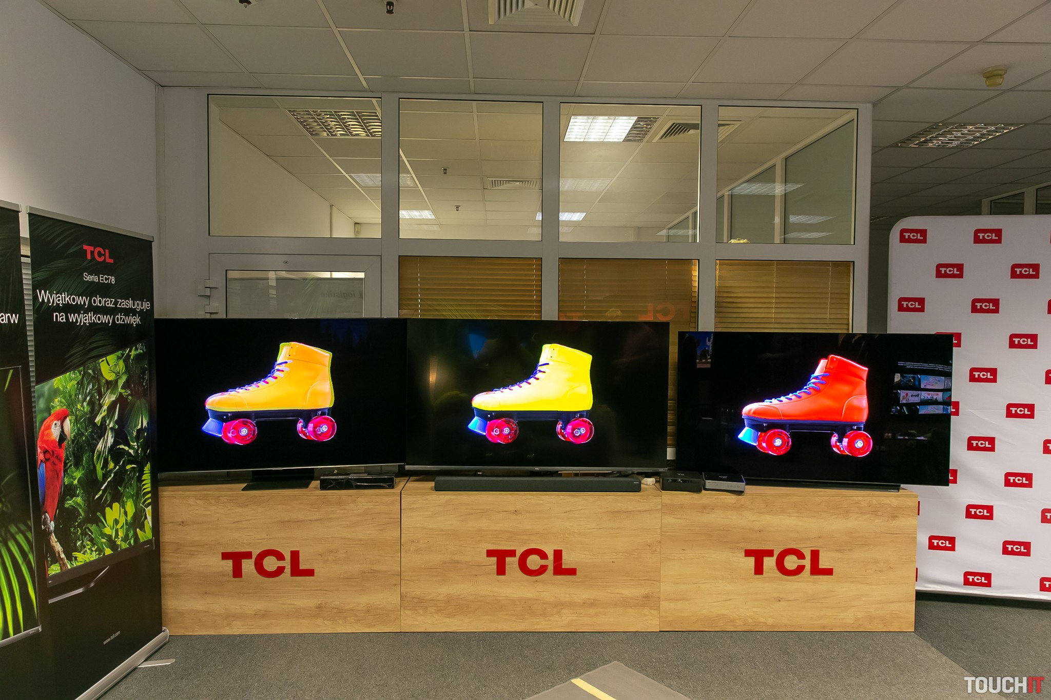 Vľavo Samsung, v strede TCL a vpravo LG