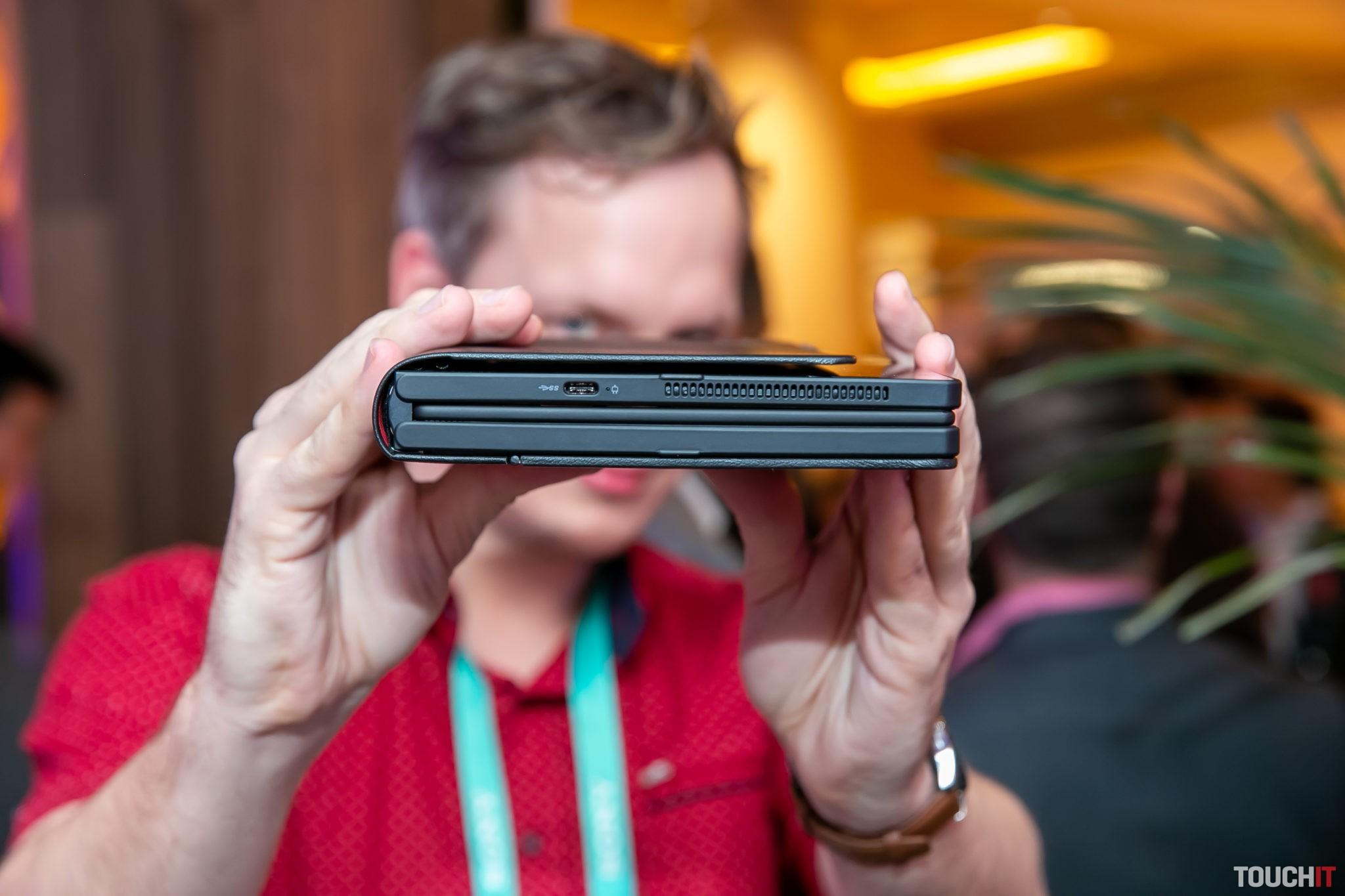 Lenovo ThinkPad X1 Fold je v plnej výbave aj s obal dosť hrubý