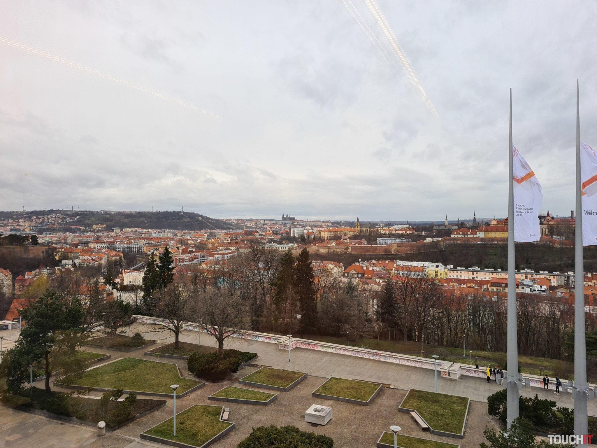 Pohľad na Pražský hrad bez použitia mierky (S20+)