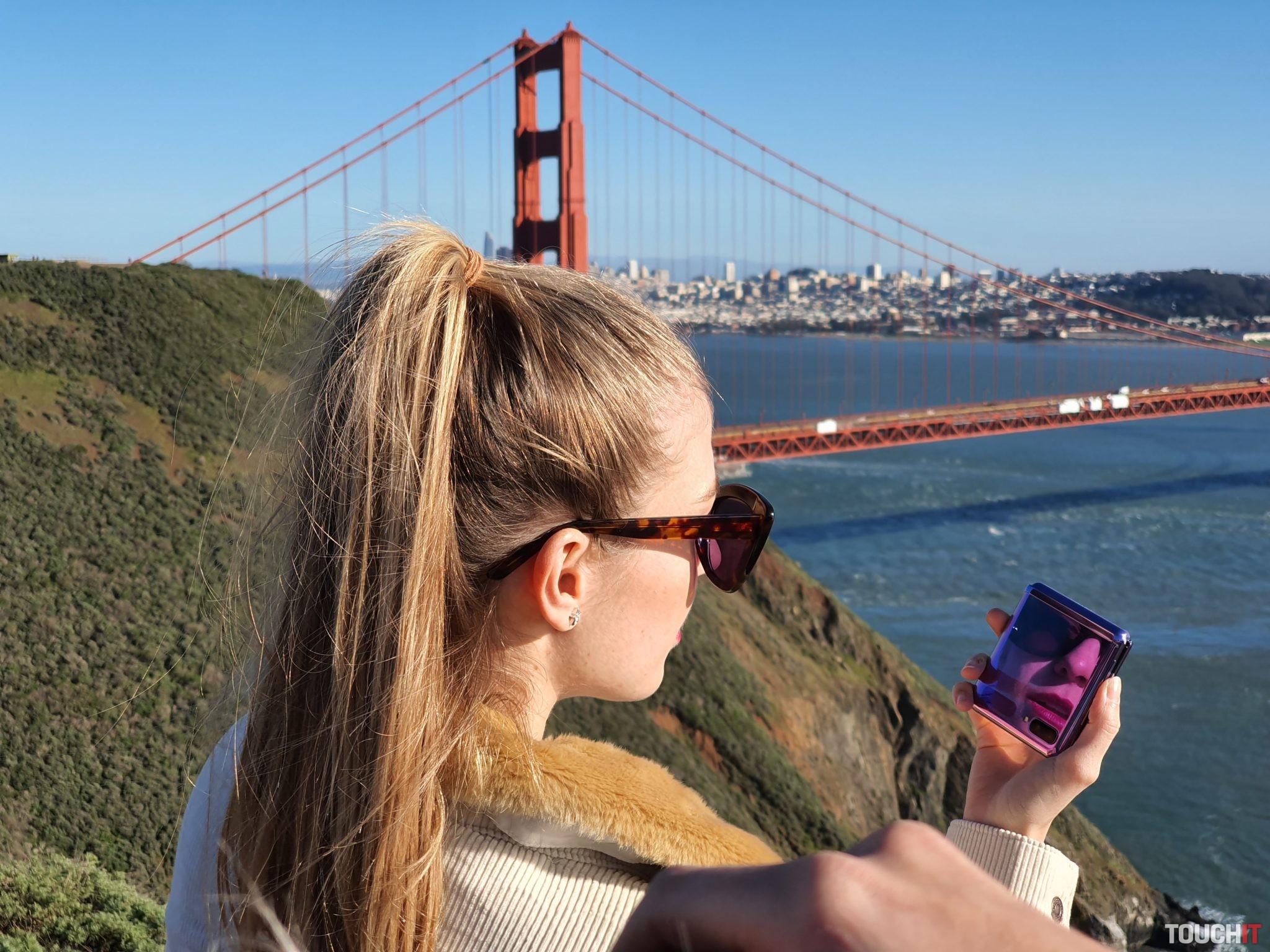 Ružový Galaxy Z Flip sa dá využiť aj ako zrkadielko