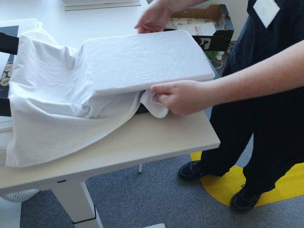 Umiestnenie trička na podkladovú jednotku