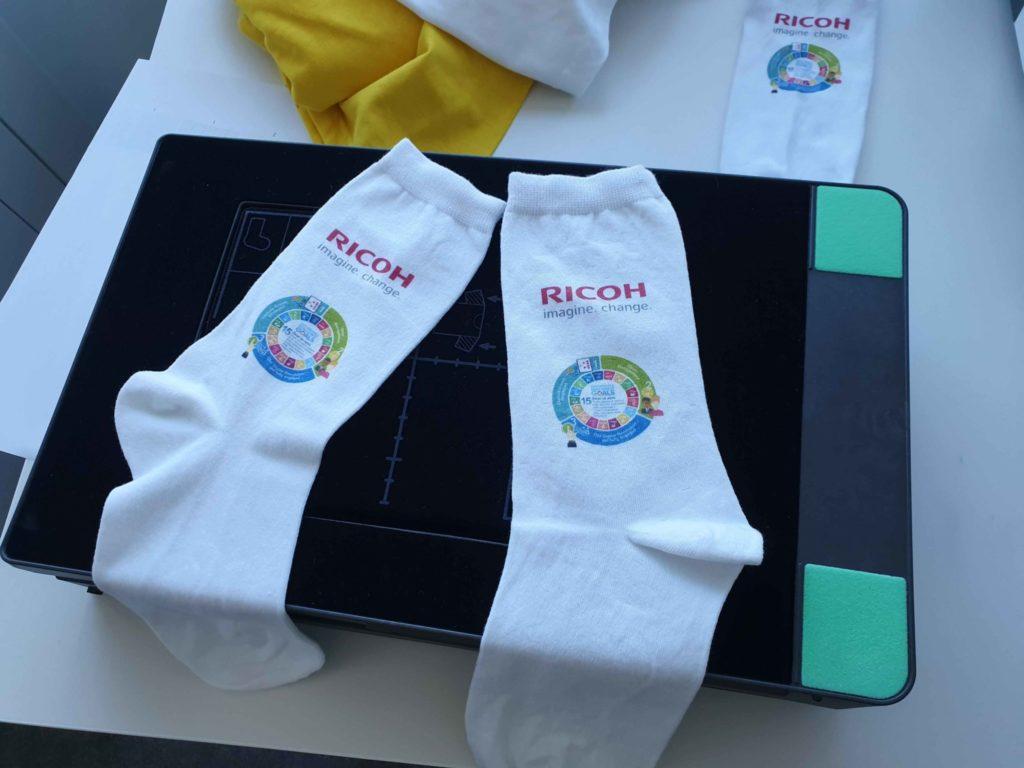 S inou podkladovou jednotkou sa dajú tlačiť aj ponožky a rukávy
