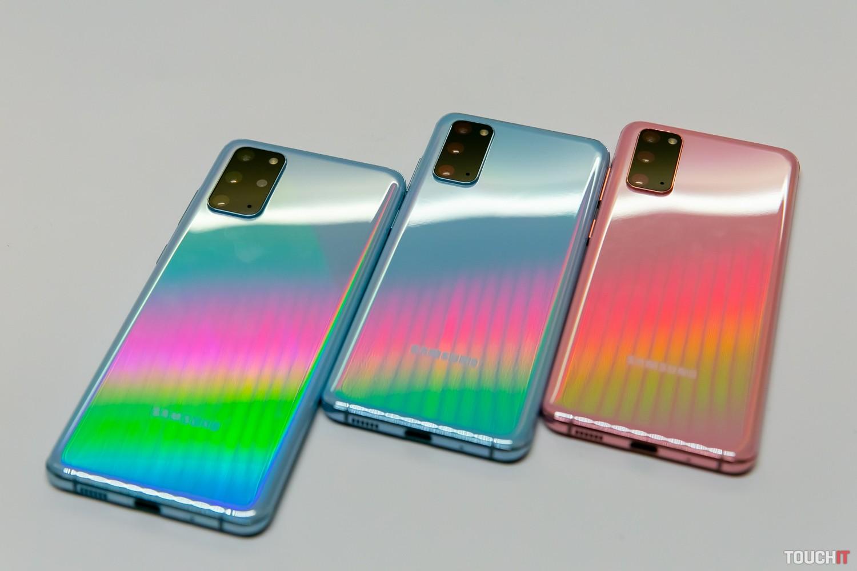 Galaxy S20+ vľavo a S20 v modrej a ružovej farbe