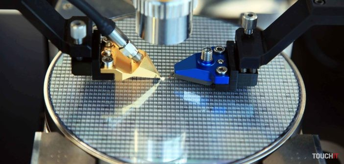 Inšpekcia čipov na vyrobenom waferi
