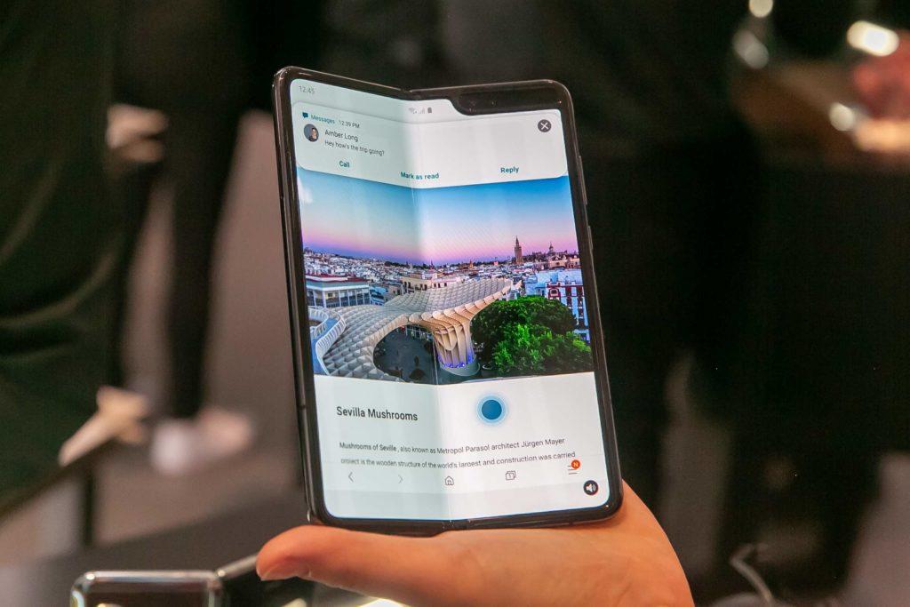 Samsung Galaxy Fold vrozloženom stave sdisplejom suhlopriečkou 7,3 palca