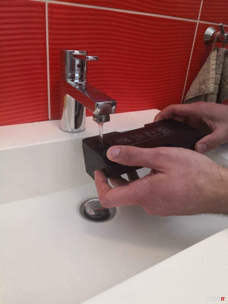 Napĺňanie kombinovanej nádobky na prach vodou