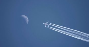 Lietadlo na oblohe