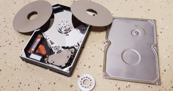 Disk s odobratými platňami za zhruba minútu práce. Ich spätné vertikálne zarovnanie s presnosťou na nanometre je pri viacerých platniach obvykle už z ríše fantázie