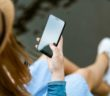 Žena držiaca smartfón