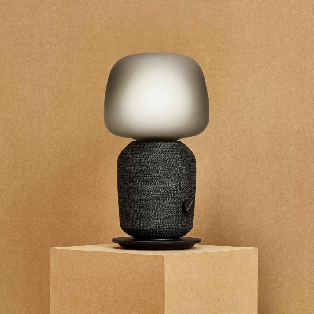 Stolná lampa so zabudovaným reproduktorom vyzerá vizuálne atraktívne aplní dve funkcie. Kvalita reprodukcie zvuku je naozaj dobrá