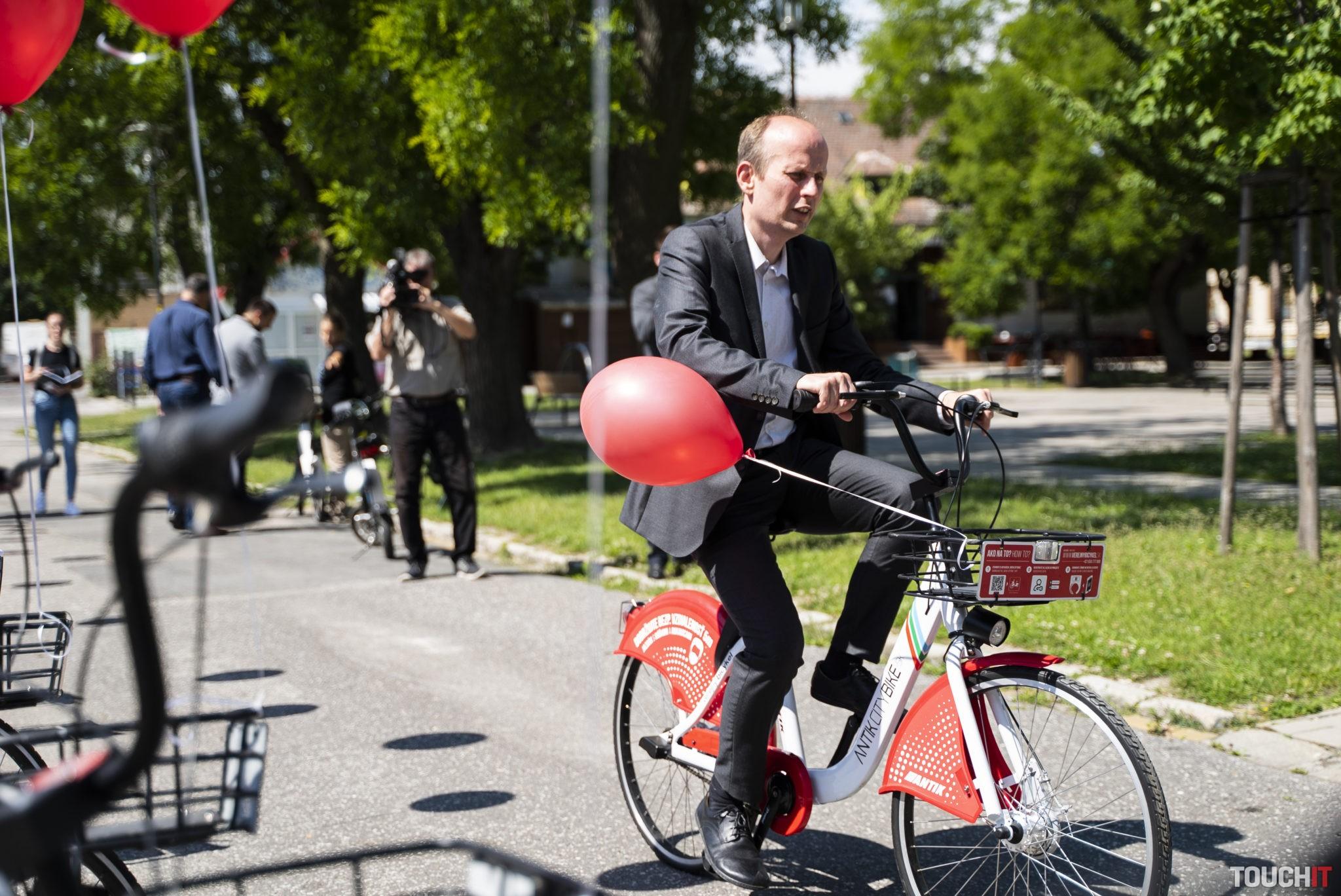 Peter Blaas si bicykel vo Vajnoroch hneď vyskúšal