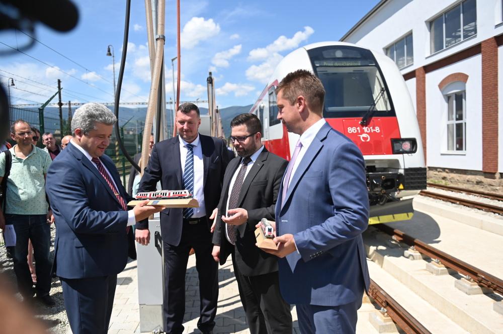 Sprava minister dopravy a výstavby SR A. Doležal, gen. riaditeľ ZSSK F. Hlubocký, gen. riaditeľ ŽOS Vrútky R. Heide a predseda predstavenstva ŽOS Vrútky M. Vereš