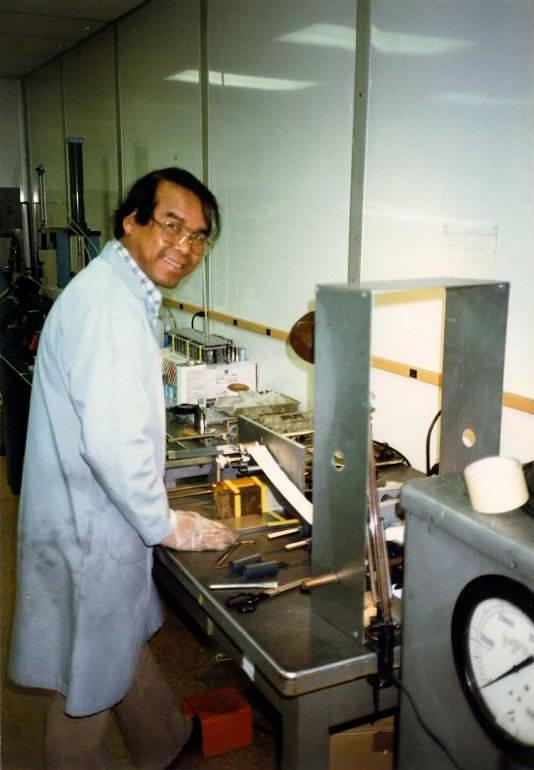 Akira Jošino v roku 1986 pripravuje na bezpečnostný test prvé Li-ion batérie modernej konštrukcie