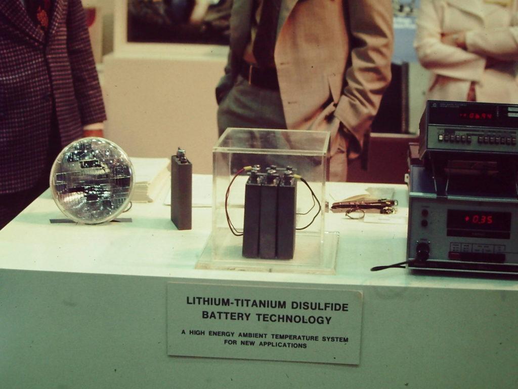 Úplne prvý praktický prototyp nabíjateľného Li-ion článku, ktorý firma Exxon prezentovala na najväčšej severoamerickej automobilovej výstave v roku 1977 v Chicagu