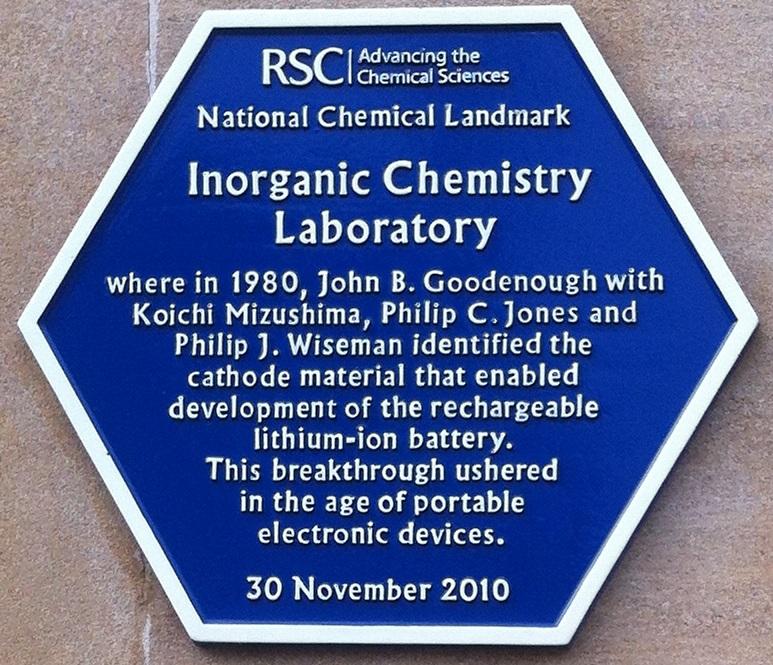 Pamätná plaketa na stene laboratória anorganickej chémie univerzity v Oxforde, kde John Goodenough a jeho tím vytvoril modernú anódu Li-ion zo zmesi oxidu kobaltu a lítia