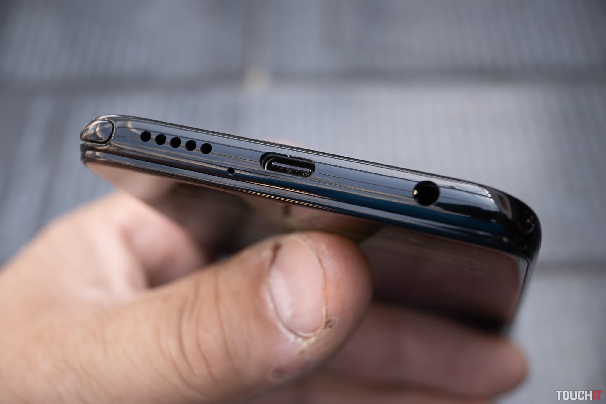 Spodná strana moto G Pro s 3,5 mm jackom na slúchadlá a USB-C portom