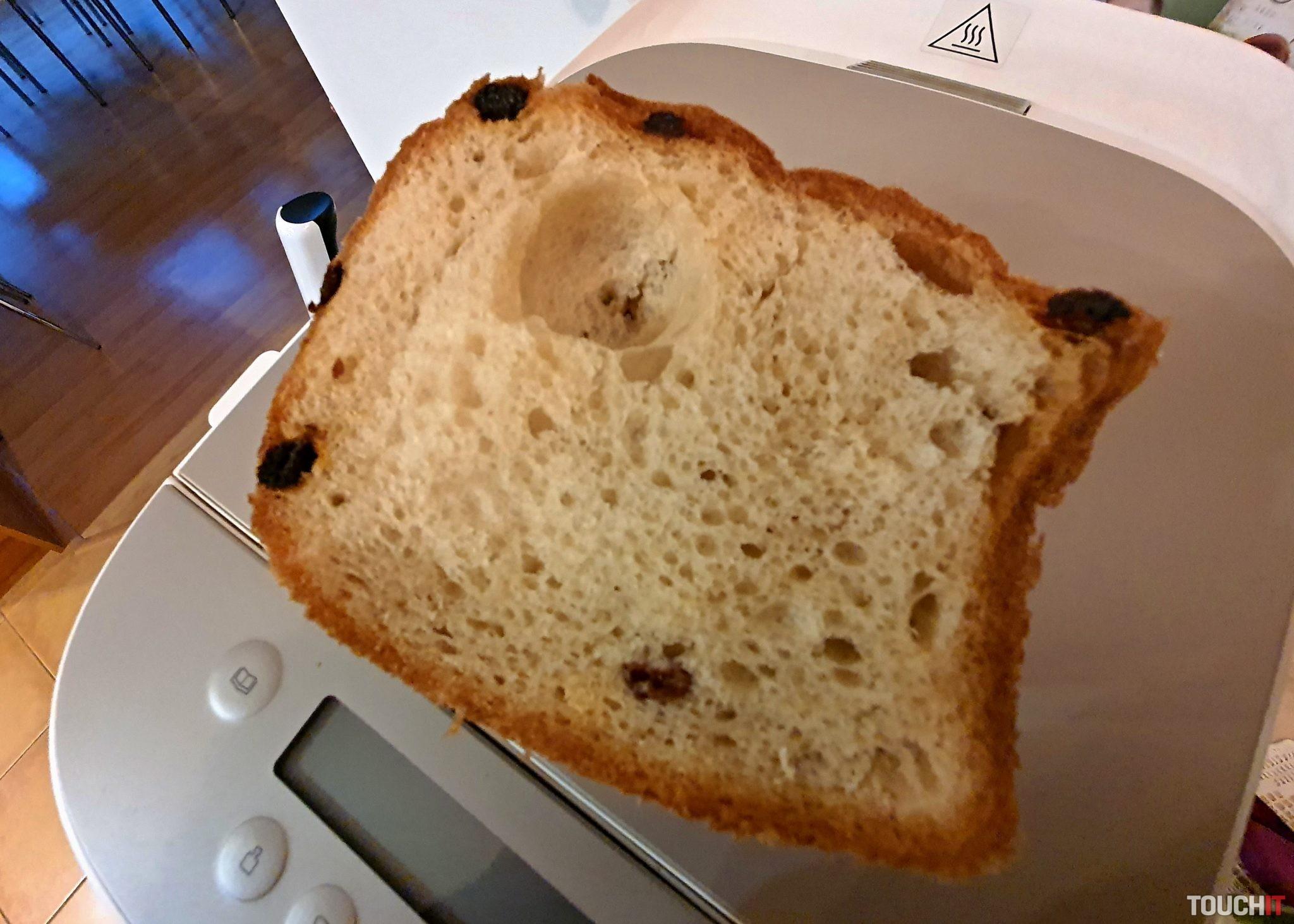 A takto vyzerá výsledok: chlieb s kôrkou a hrozienkami vo vnútri