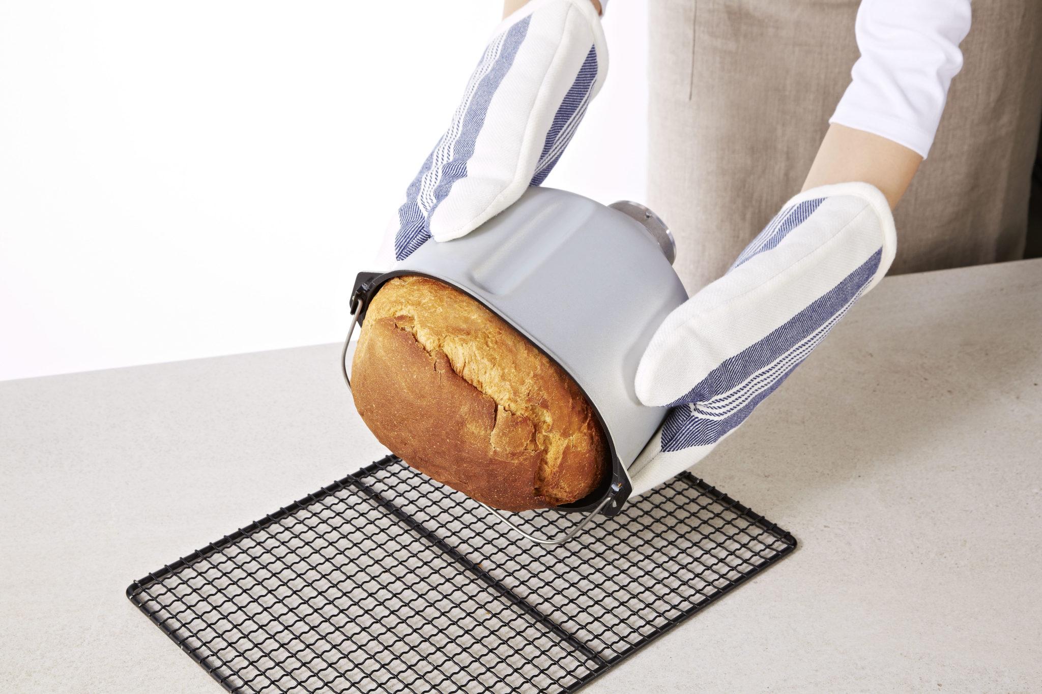 Nie, takto to v praxi nevyzerá. Musíte dať ruku do vnútra nádoby, aby ste chlebík vytiahli