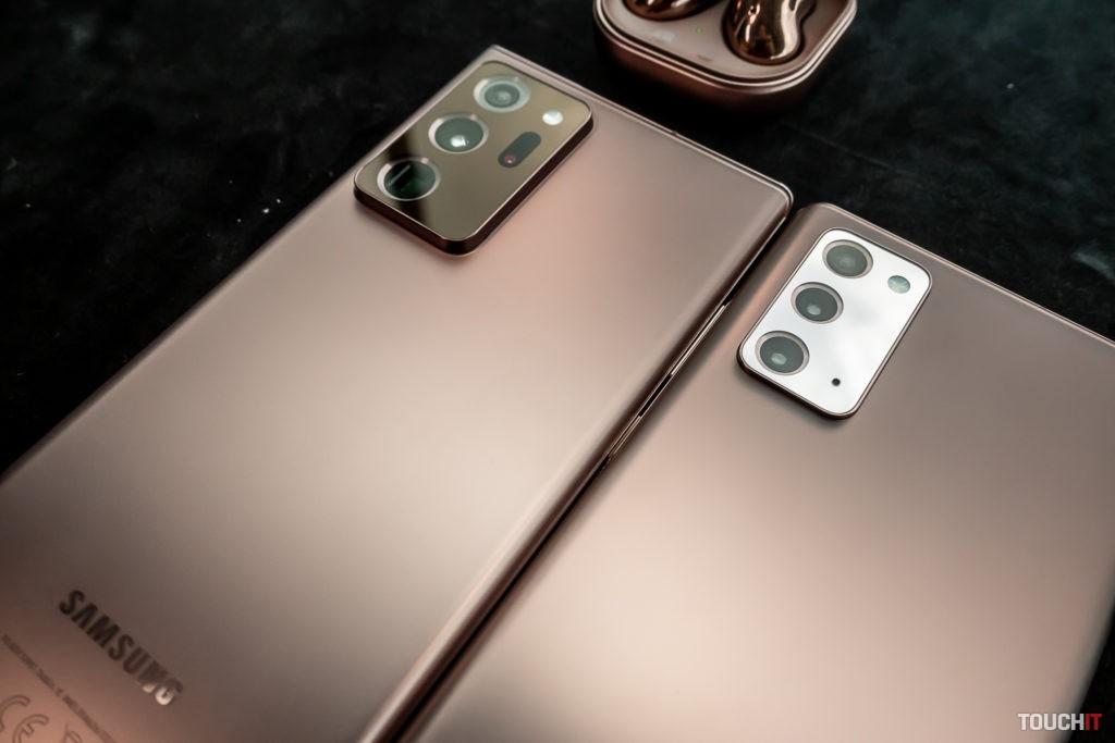 Galaxy Note20 Ultra vľavo, Galaxy Note20 vpravo