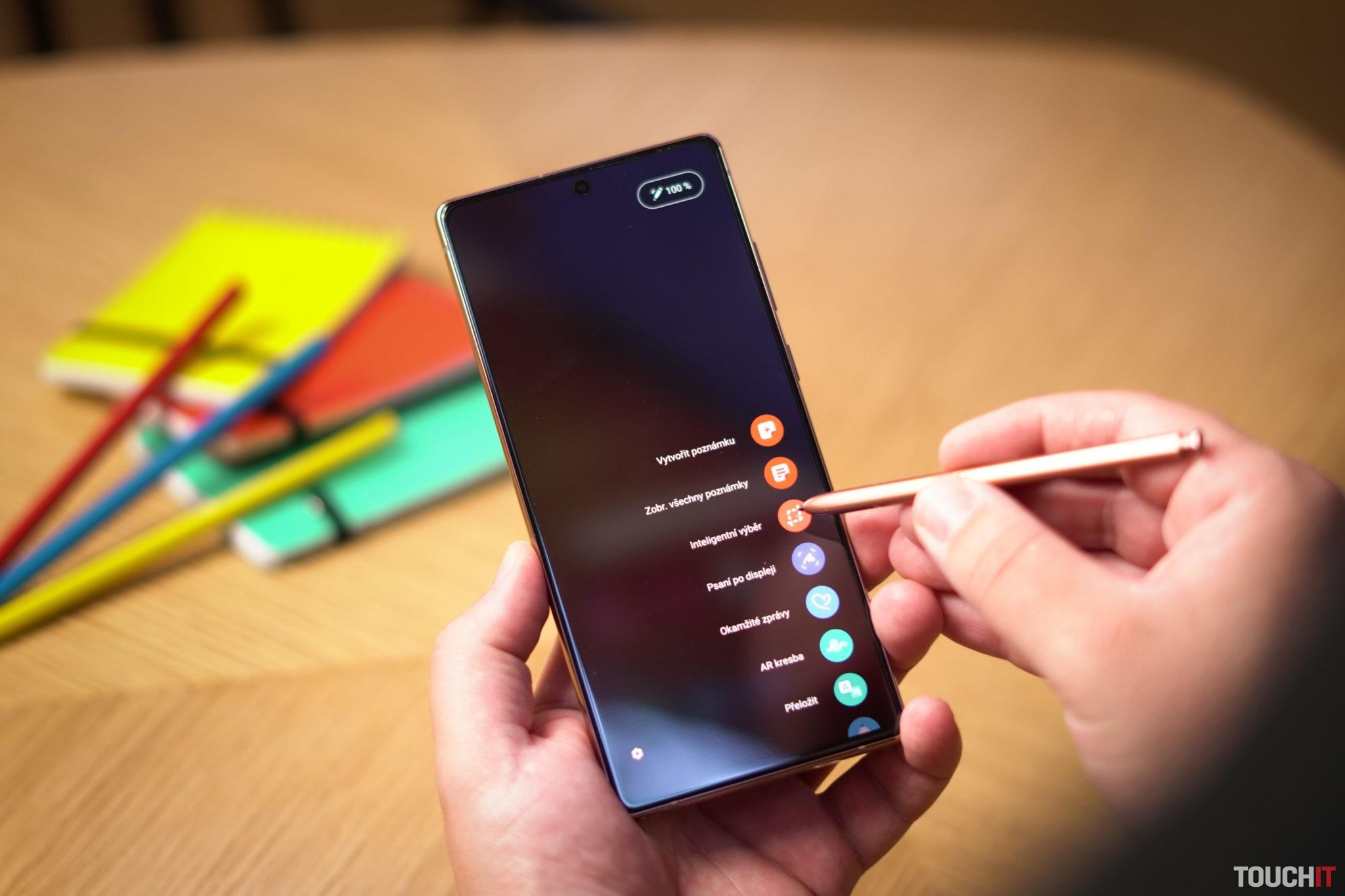 Samsung Galaxy Note20 pri písaní poznámok