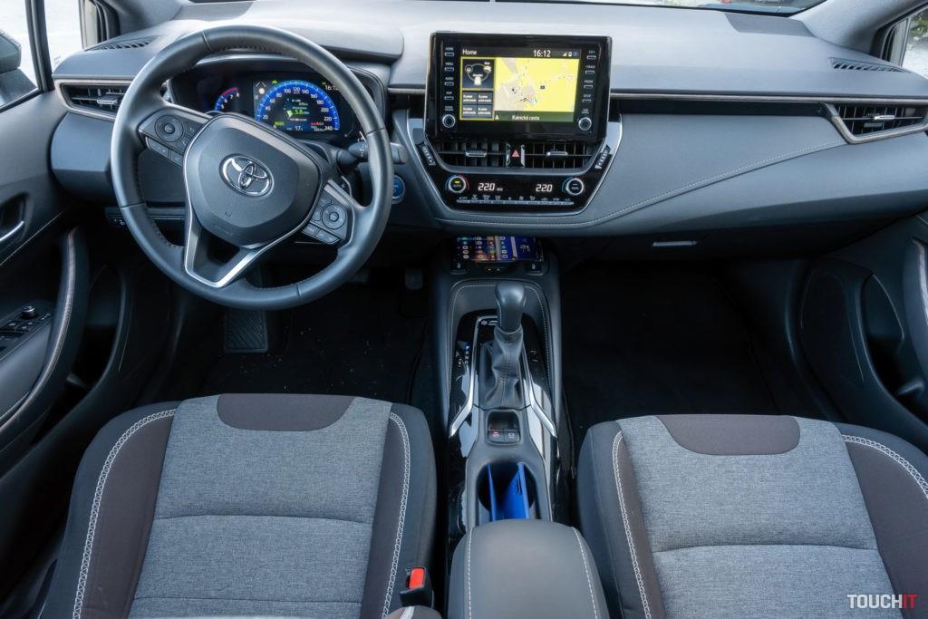 V kabíne Toyota Trek Hybrid 2.0 e-CVT