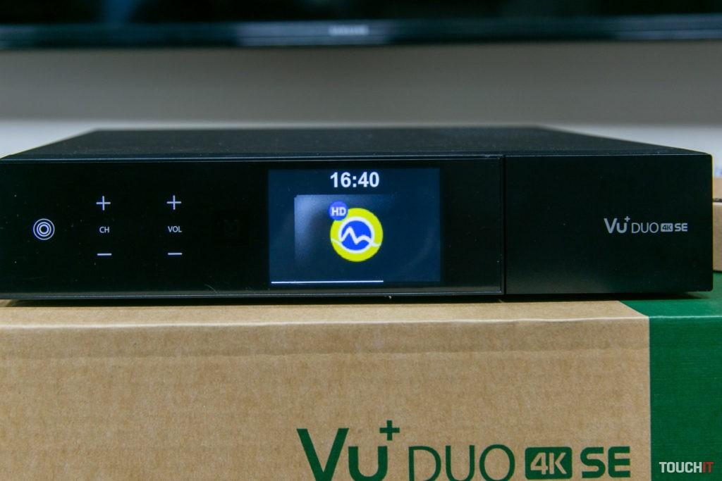 VU+ DUO 4K SE s minitelevízorom na malom displeji