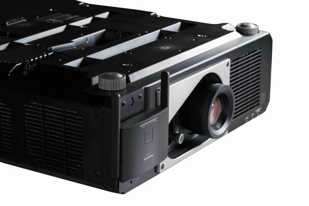Prijímač PressIT umiestnený na projektore Panasonic