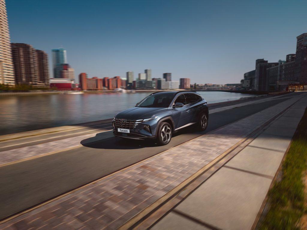 Zvýšte komfort svojej jazdy s inteligentným adaptívnym tempomatom. Stačí nastaviť požadovanú rýchlosť a systém ju automaticky prispôsobí zákrutám na základe informácií o aktuálnej doprave a situácii.