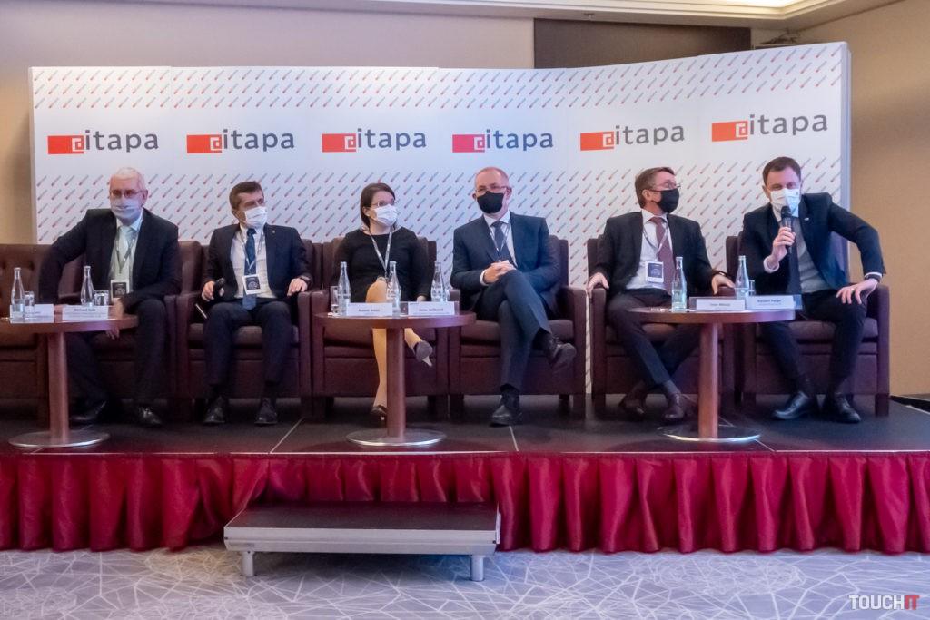 Prvý diskusný panel na ITAPA sa zhodol na jedinom: Máme čo robiť a potrebujeme postupovať jednotne. Už to len dostať do praxe