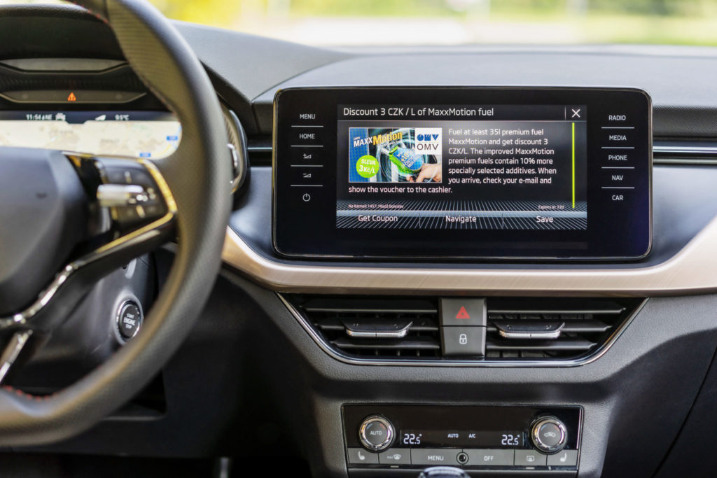 Ak je potrebné doplniť palivo do vozidla, informuje infotainment vodiča o špeciálnych ponukách dostupných na najbližšej partnerskej čerpacej stanici. Navigačný systém tam následne vodiča priamo navedie