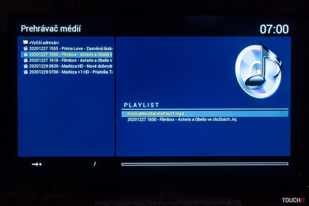 Prehrávanie videí z USB kľúča zasunutého v zadnej časti prijímača