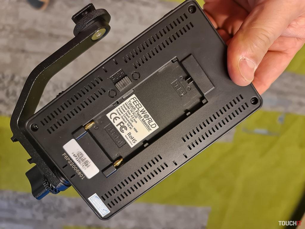 Displej má vlastný držiak a napájať sa dá batériou od zariadení Panasonic alebo Canon