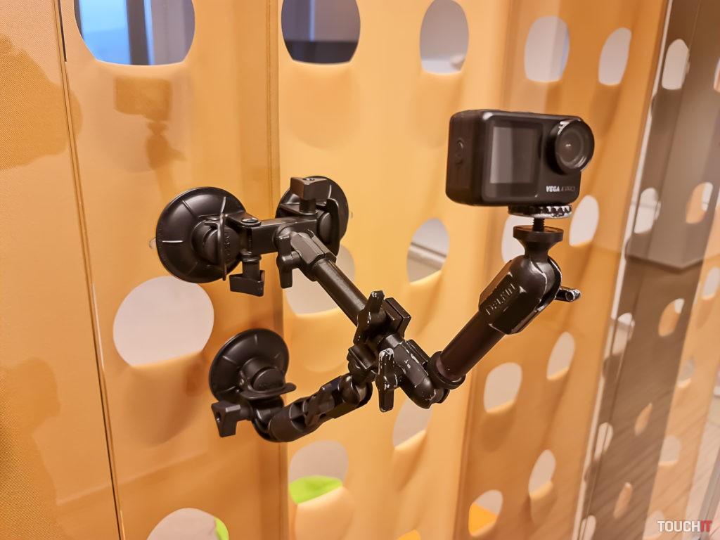 Akčná kamera Niceboy VEGA PRO X umiestnená na sklenenej stene ako súčasť natáčania v štúdiu
