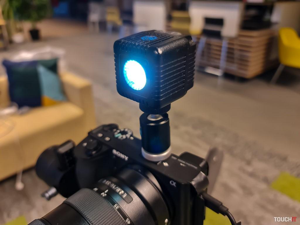 Svetlo umiestnené na sánkach nad fotoaparátom