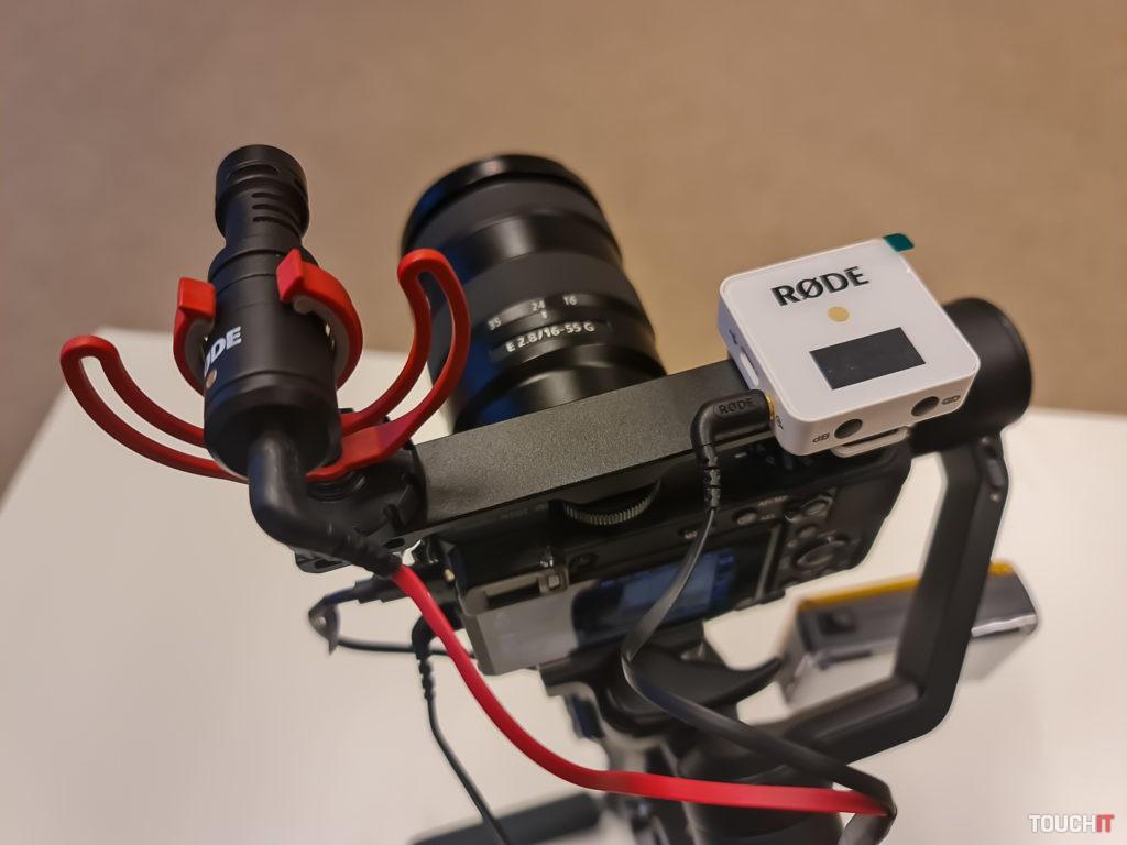 Uchytenie dvoch mikrofónov v hornej časti fotoaparátu