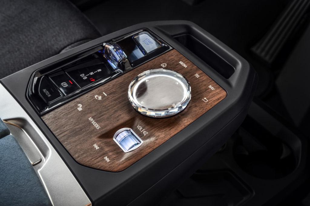 Kolískový prepínač smeru jazdy a nový ovládač v BMW iX