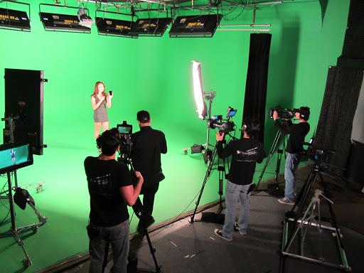 Osvetlenie profesionálneho štúdia a nahrávanie pred zelenou stenou z dôvodu neskoršej výmeny pozadia za osobou