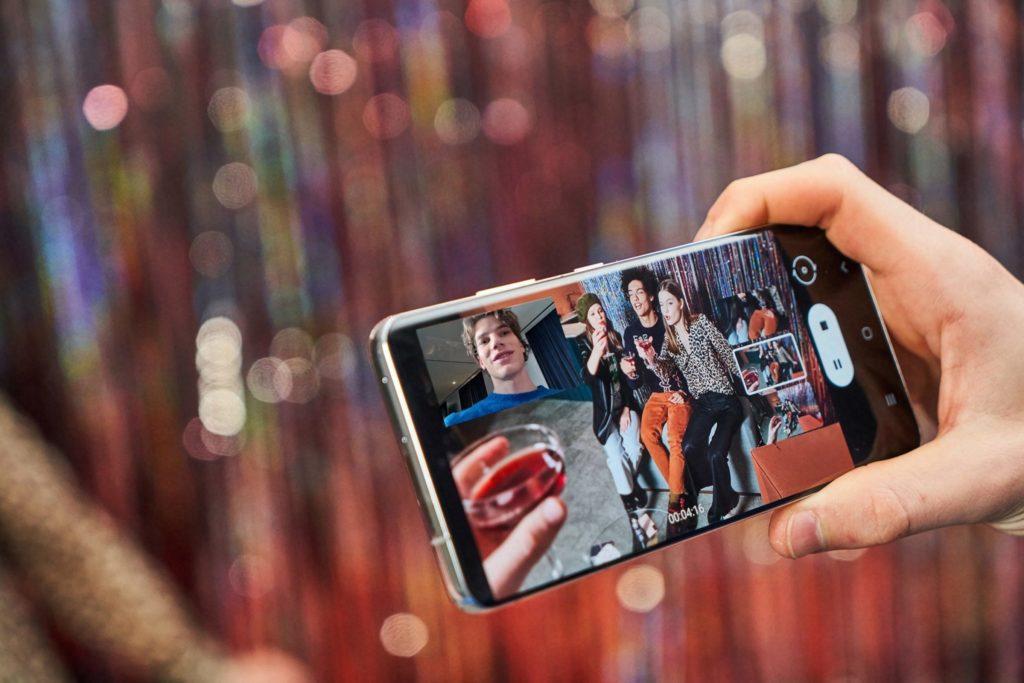 Galaxy S21 Ultra a nakrúcanie videa súčasne s zadnou aj prednou kamerou