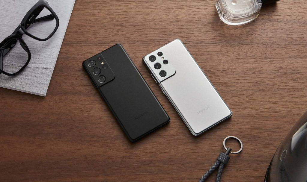 Samsung Galaxy S21 Ultra v čiernej a sivej farbe