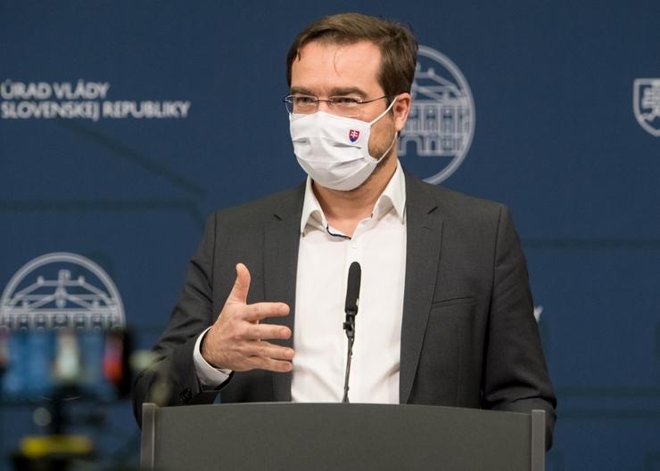 Marek Krajči ohlasuje zámer kontrolovať pohyb obyvateľstva na Slovensku formou SMS. Zdroj: hnoline.sk