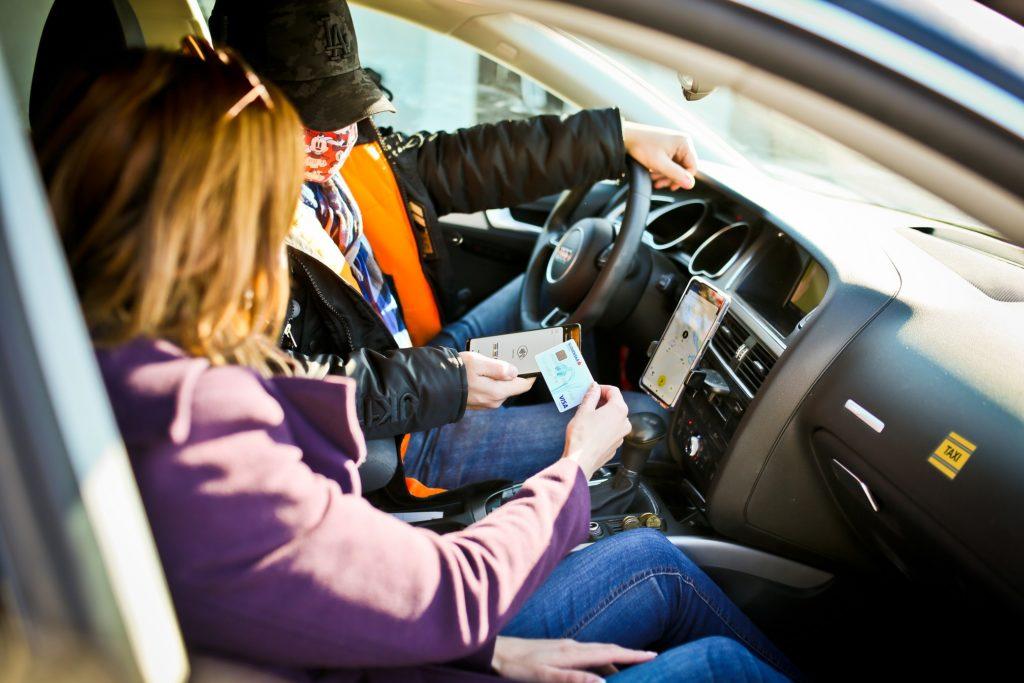 Platba v taxíku. Zdroj: Slovenská sporiteľňa