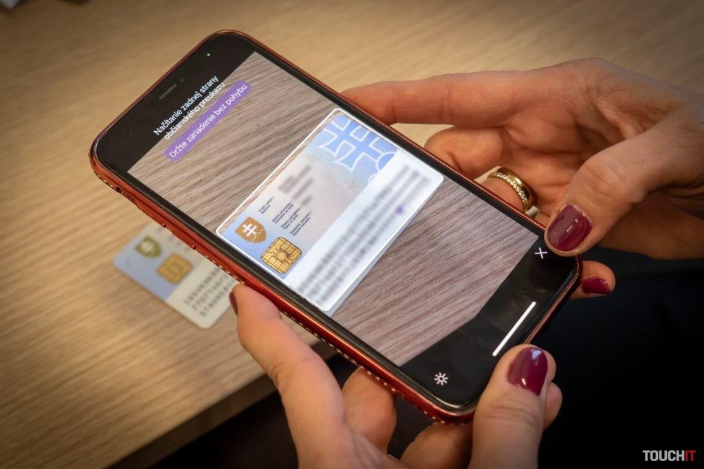 Načítanie údajov zo zadnej strany občianskeho preukazu. Zdroj: Ondrej Macko/TOUCHIT.sk